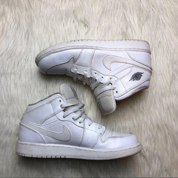 28d93a4f8db40 Nike Air Jordan 1 Mid Big Kids Shoe. M 5a9008f1077b977b19ee68e9